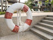 Anneau de vie de bouée de sauvetage pour la sécurité dans l'eau de piscine Images libres de droits