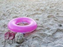 Anneau de vie rose sur la plage de sable Photos libres de droits