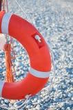 Anneau de vie rouge avec la corde sur la jetée près de la mer, dehors Bouée de sauvetage au pilier photo libre de droits