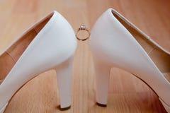Anneau entre les chaussures nuptiales photo libre de droits