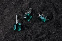 Anneau et boucles d'oreille d'or avec des diamants De luxe, en cristal images stock