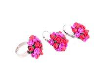 Anneau et boucles d'oreille avec des fleurs réglées Photographie stock libre de droits