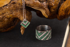 Anneau et collier argentés avec l'émeraude Photographie stock libre de droits