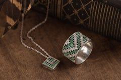 Anneau et collier argentés avec l'émeraude Images libres de droits