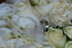 Anneau et fleurs de mariage Photos stock