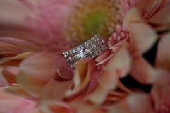 Anneau et fleurs de mariage Photo libre de droits