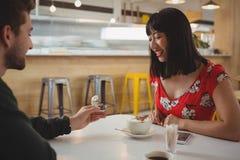 Anneau gifting d'homme à l'amie en café Images libres de droits