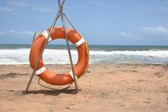 Anneau ou bouée de sauvetage de garde de la vie à la mer orageuse Photo libre de droits