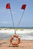 Anneau ou bouée de sauvetage de garde de la vie à la mer orageuse Image libre de droits