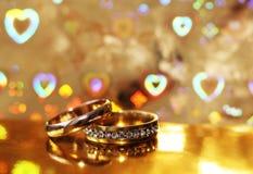 Anneaux, amour et heureux de mariage Photos libres de droits
