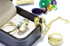 Anneaux avec les diamants et l'or, émeraudes et coraux sur livres dans la gemme Photographie stock libre de droits