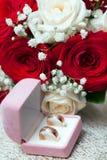 Anneaux, boîte-cadeau et fleurs de mariage Images stock