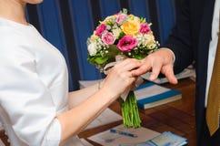 Anneaux d'échange de nouveaux mariés Image libre de droits