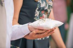 Anneaux d'échange de nouveaux mariés, main du ` s de jeune mariée de prise de marié Photos stock
