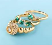 Anneaux d'or avec des diamants et des émeraudes Image stock