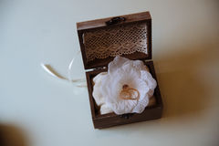 Anneaux d'or de mariage dans une boîte en bois sur le fond blanc Concept de l'amour Photographie stock libre de droits
