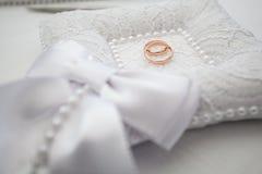 Anneaux d'or de mariage sur l'oreiller Photos libres de droits