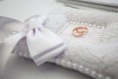 Anneaux d'or de mariage sur l'oreiller Image libre de droits