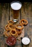Anneaux d'oignon et verre frits de bière Photographie stock