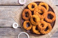 Anneaux d'oignon frits runchy de  fait maison de Ñ Images stock