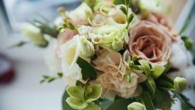 Anneaux d'or sur le bouquet coloré de mariage - se tenant à la fenêtre clips vidéos
