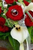 Anneaux dans le bouquet de mariage des roses Images stock