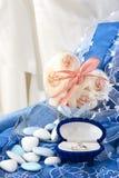 Anneaux de fleur et de mariage Photographie stock