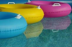Anneaux de flottement de l'eau dans une piscine Photos stock