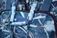 Anneaux de jambe d'oiseau fixés dans le sac à dos de chasseurs photographie stock libre de droits