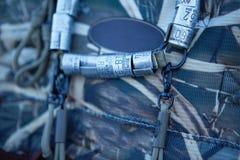 Anneaux de label de jambe d'oiseaux sur le sac à dos de chasseurs images libres de droits