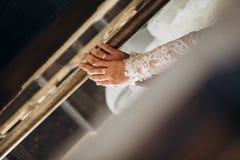 Anneaux de mains aimant des couples épousant ensemble la terrasse photo libre de droits