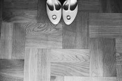 Anneaux de mariage étroits sur le bride& x27 ; chaussures de s Images libres de droits