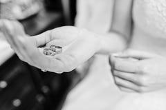 Anneaux de mariage actuels de la jeune mariée Pékin, photo noire et blanche de la Chine Images libres de droits