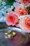 Anneaux de mariage avant la cérémonie, avec les verres de Champagne et les roses décorés Images stock
