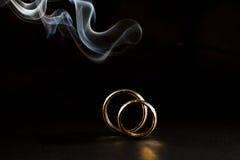 Anneaux de mariage avec de la fumée Photo libre de droits