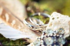 Anneaux de mariage avec des diamants dans les plumes Image libre de droits