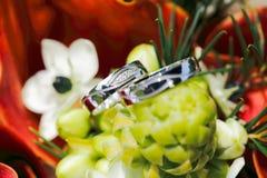 Anneaux de mariage avec des fleurs Photo stock