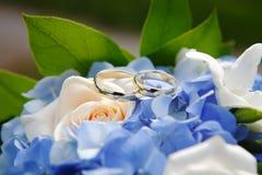 Anneaux de mariage avec des fleurs Image libre de droits