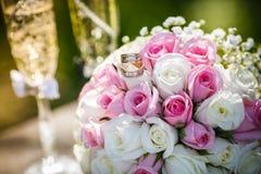 Anneaux de mariage avec des roses et des verres de champagne Photos libres de droits