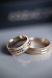 Anneaux de mariage avec la boîte à l'arrière-plan Photographie stock