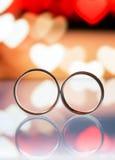 Anneaux de mariage avec la boîte à l'arrière-plan Image libre de droits