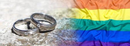 Anneaux de mariage avec le drapeau d'arc-en-ciel Images libres de droits
