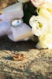Anneaux de mariage avec un bouquet des roses Se situer dans la rue Photos libres de droits