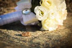 Anneaux de mariage avec un bouquet des roses Se situer dans la rue Photo libre de droits
