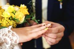 Anneaux de mariage, cérémonie de mariage, anneau sur la main du ` s de jeune mariée Images stock