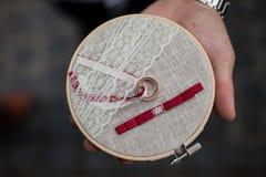 Anneaux de mariage d'or élégants du stylsh deux sur le closeu rustique de coussin Photos libres de droits
