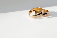 Anneaux de mariage d'or Photographie stock libre de droits