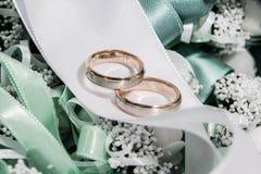 Anneaux de mariage d'argent et d'or décorés Photos stock