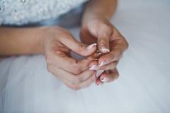 Anneaux de mariage dans des mains 2474 Photos libres de droits