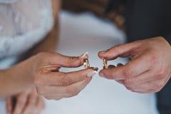 Anneaux de mariage dans des mains 2472 Photographie stock libre de droits